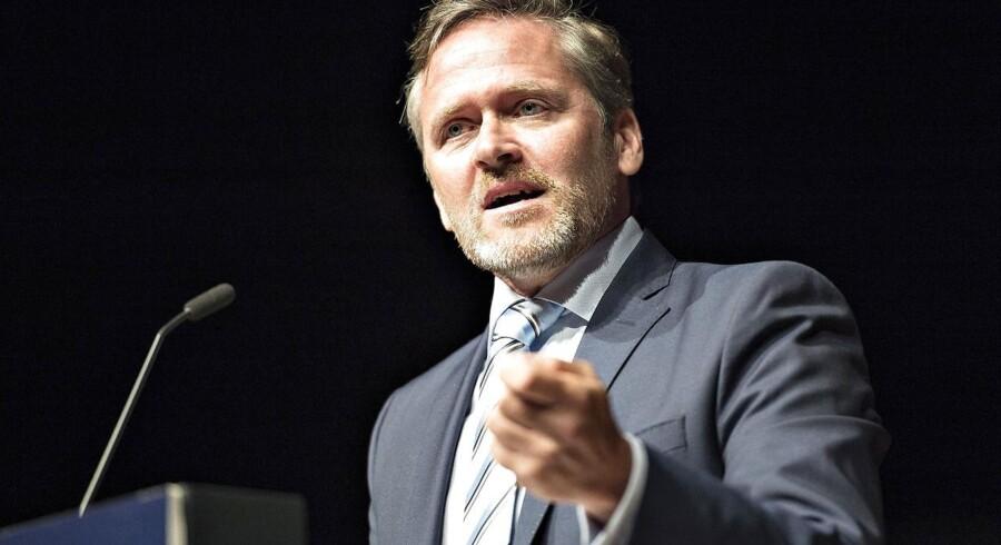 »Jeg vil også opfordre direkte til Karsten Dybvads medlemmer: I skal ikke lytte til ham. For hvis vi gør det, han siger, så får vi nogle meget dårlige løsninger ud af de her forhandlinger, som lægger spor ud for dansk økonomi de næste ti år, så det er meget, meget vigtige forhandlinger,« lyder det fra LA-leder Anders Samuelsen. Foto: Henning Bagger/Scanpix