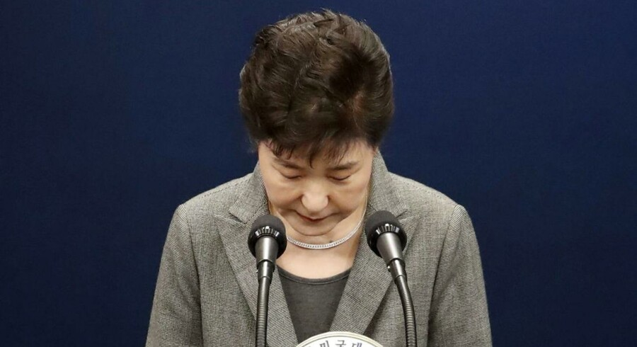 Sydkoreas præsiden, Park Geun-hye bøjer hovedet for parlamentets vilje, siger hun. Men modstandere mener, at det er en snedig plan for at undgå et mistillidsvotum.