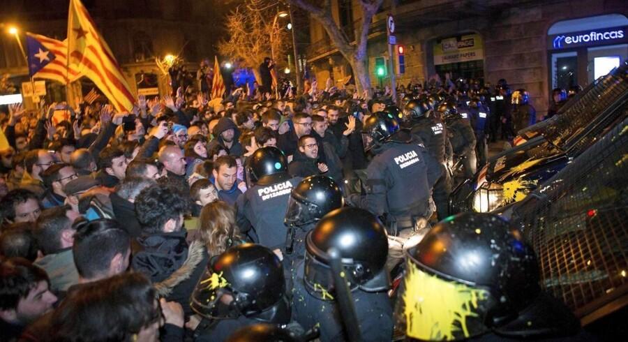 Stemningen var spændt ved protestdemonstrationer som her i Barcelona, da en spansk dommers fængsling af fem catalanske politikere samt udstedelse af nye internationale arrestordrer mod bl.a. tidligere selvstyrepræsident Carles Puigdemont fredag aften blev kendt. EPA/ENRIC FONTCUBERTA