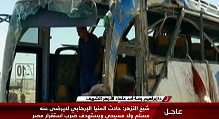 Et billede fra egyptisk Nile News tv viserne resterne af den bus, der blev angrebet ved en kloster 180 kilometer syd for Cairo. Mindst 24 koptere døde i angrebet. . / AFP PHOTO / Nile News / TV Grab