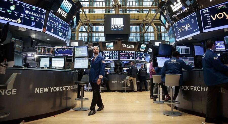 Arkivfoto. De asiatiske aktieinvestorer viser en høj grad af spredt fægtning mandag morgen, hvor Tokyo-børsen falder en smule, mens et stort overtal af de øvrige aktiemarkeder ligger med marginale udsving tæt på nulpunktet.