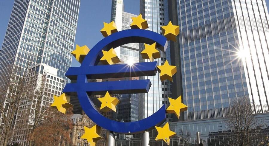 Euro-skulptur foran ECB-bygningen i Frankfurt.
