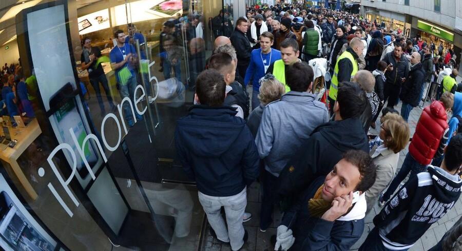 Apples smartphones er så eftertragtede, at kunderne er villige til at vente i kø for at få lov til at købe seneste modet. Her i tyske München 21. september.