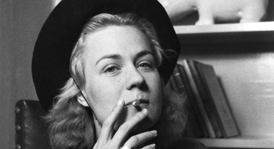 Den danske forfatter Tove Irma Margit Ditlevsen (1917-1976) med hat og cigaret.