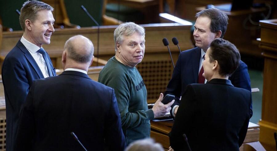 Uffe Elbæk forsøger at gøre sig til manden i centrum - men statsminister i Danmark bliver han næppe.