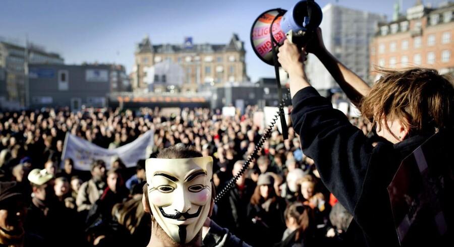 Occupy-aktivister har fortsat lov til at demonstrere på Rådhuspladsen, men besættelser og bosættelser vil fremover blive konsekvent blive ryddet af politiet, udtaler Københavns Kommune. Her et billede fra Occupy-demonstration i oktober