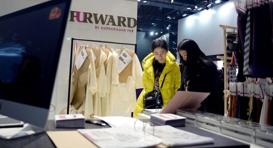 To kvinder besøger Kopenhagen Furs stand under »China Fur and Leather Products Fair«, der løber af stablen i Beijing i disse dage - fra 14. til 16. januar