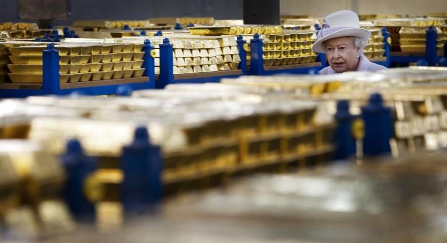 Dronning Elizabeth II inspicerer guldreserverne i boksen under den engelske centralbank - nu kan du gøre det samme.