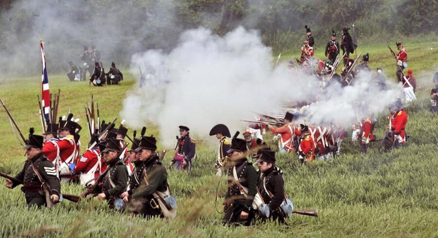 """Hvert år opføres """"Slaget ved Waterloo"""" i byen af samme navn i Belgien. Det var her, at Napoleon, den revolutionære franske republikaner, førte sine 72.000 mand og led et sviende nederlag til den engelske general Wellington. Dermed sluttede 22 års krig i Europa .."""