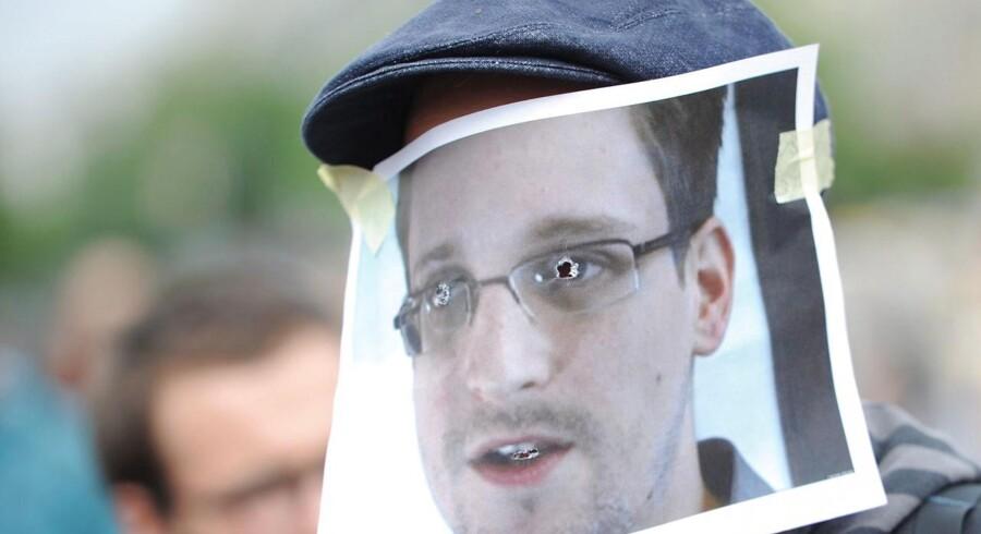 Demonstrant maskeret som verdens største whistleblower, Edward Snowden