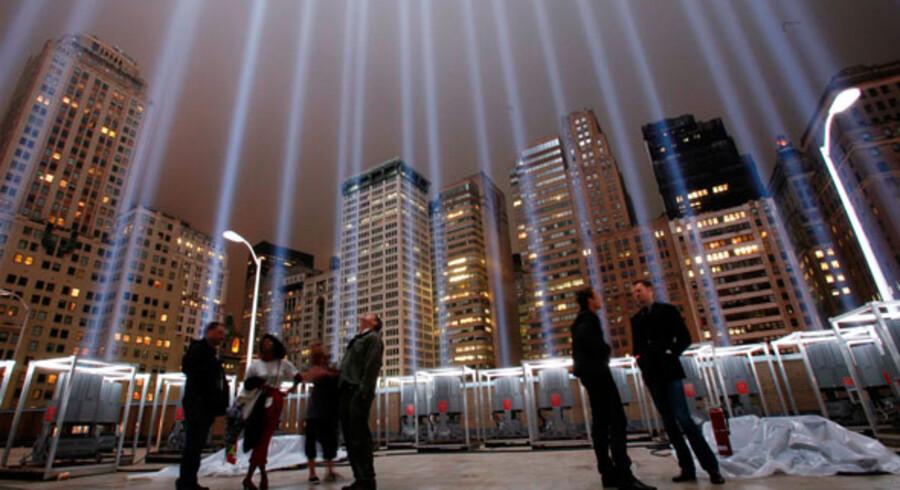 Søjler af lys skydes op på himlen for at markere 2 års-dagen for terrorangrebene på World Trade Center. I år afholdes 10 års-dagen.