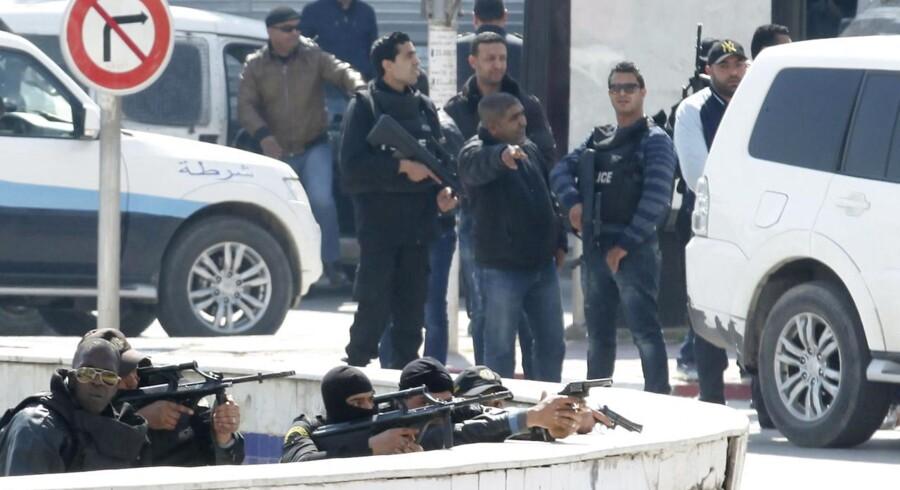 Politifolk i Tunis onsdag.