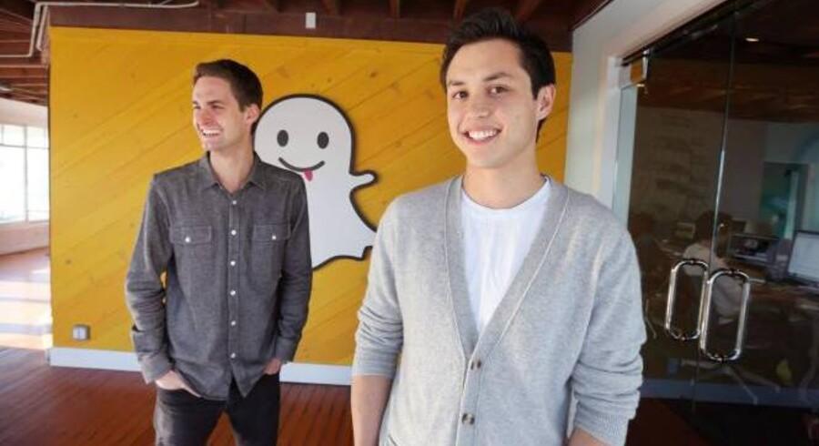 Evan Spiegel (tv) og Bobby Murphy (th) grundlagde Snapchat for under tre år siden. Virksomheden har ingen indtægt og hørte indtil for en måned siden hjemme i en bungalow på stranden i Venice Beach. De to iværksættere har netop sagt nej til at sælge virksomheden til Facebook for 16,5 milliarder kroner.