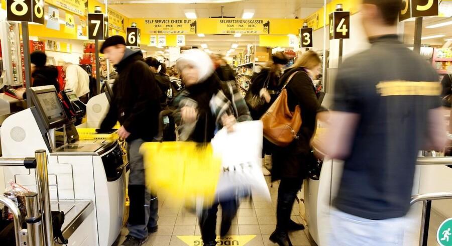 Når den nye lukkelov træder i kraft til efteråret, bliver det lettere at finde et stort supermarked med søndagsåbent, viser en rundspørge. Dansk Supermarked, der blandt andet ejer Netto, vil dog ikke afsløre deres planer for søndagsshopping.