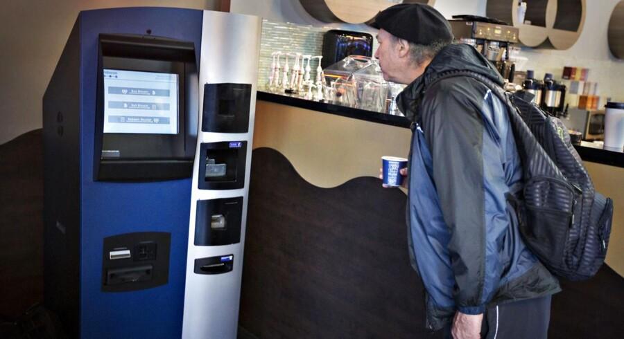 Verdens første Bitcoin automat åbnede i en kaffebar i Vancouver. Her har brugerne mulighed for at hæve Bitcoins i form af canadiske dollar.