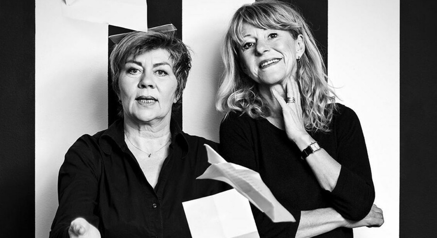 Merete Hegner og Ditte Gråbøl er forfatterinder mellem skrivemaskine og køkkenvask i »Skribøserne«. Foto: Robin Skjoldborg