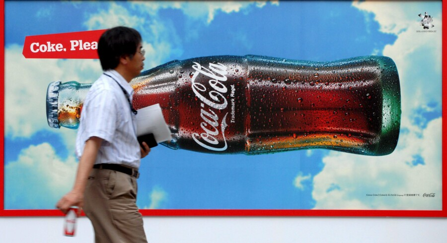 epa03580578 (FILE) A file photo dated 04 August 2006 showing a man carrying a can of coke as he walks past a Coca Cola add in downtown Tokyo, Japan. Coca-Cola's profits rose 13 per cent in the fourth quarter to 1.87 billion dollars, the world's biggest soft drink maker said 12 February 2013, propelled by growth in emerging markets and North America. There was strong worldwide demand for the company's juices, waters and sodas - except in Europe, where Coca-Cola saw declining revenue and lower sales volume. Revenue grew 3.8 per cent in the fourth-quarter to 11.46 billion dollars. Coca-Cola made 9 billion dollars in profits in 2012, up 5 per cent over 2011. EPA/ADNY RAIN