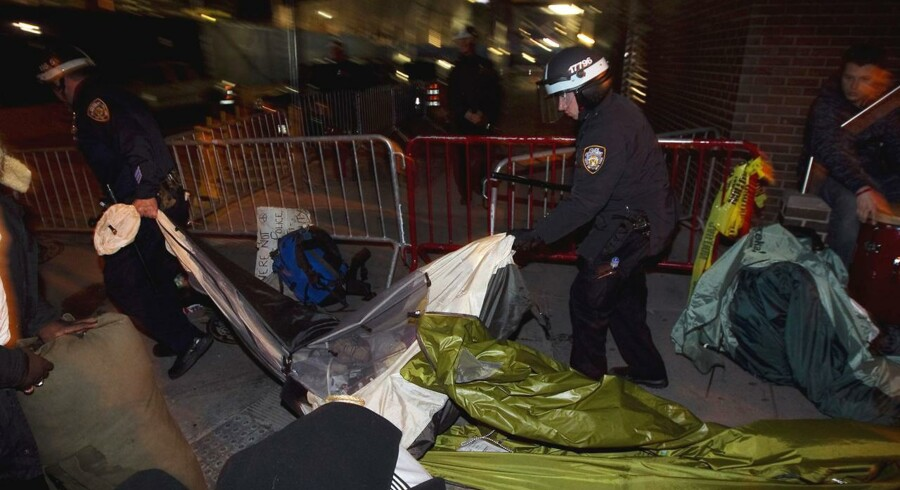 New York Politi er fjerne Occupy Wall Street og rydder Zuccotti Park, hvor demonstranterne har opholdt sig i næsten to måneder.