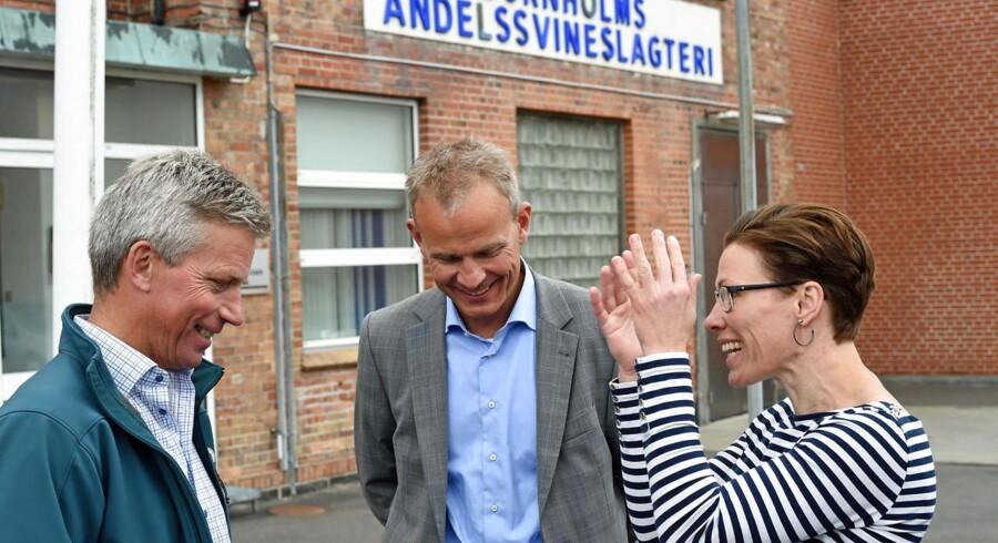 Svindebonde Peter Kofoed Brandt (til venstre), produktionsdirektør Søren Eriksen og Bornholms borgmester Winnie Grossbøl var lettede onsdag morgen, da redningsplanen for Danish Crowns slagteri på Bornholm blev kendt.