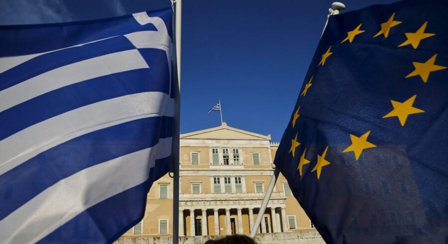 Mens grækere hjemme i Athen svingede med både græske flag og EU-flag som en opfordring til politikerne om at sørge for et gennembrud i forhandlingerne med landets mange kreditorer, strandede forhandlingerne. Foto: Yannis Behrakis/Reuters
