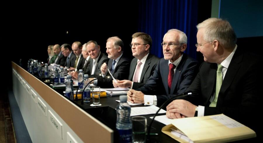 De sigtede i sagen om Amagerbanken sidder her på rad og række ved ekstraordinær generalforsamling i 2009, hvor bankens bestyrelse skulle stå til regnskab over for aktionærene. Den anden person fra højre er den daværende formand, N.E. Nielsen, og nummer tre fra højre den daværende administrerende direktør, Jørgen Brændstrup. Arkivfoto: Mads Nissen