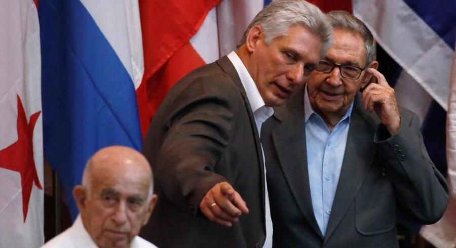 En forfatningsreform i Cuba indebærer blandt andet, at en præsident kun kan sidde i to perioder i træk. Her ses præsident Miguel Díaz-Canel sammen med forgængeren på posten, Raul Castro (til højre). Stringer/arkiv/Reuters