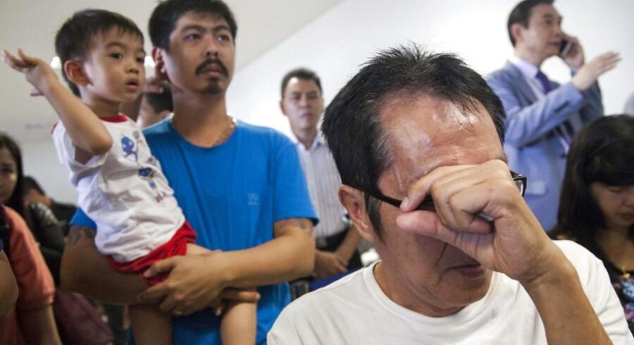 Pårørende venter på nyt om deres kære i Juanda Lufthavn i Surabaya, Indonesien.