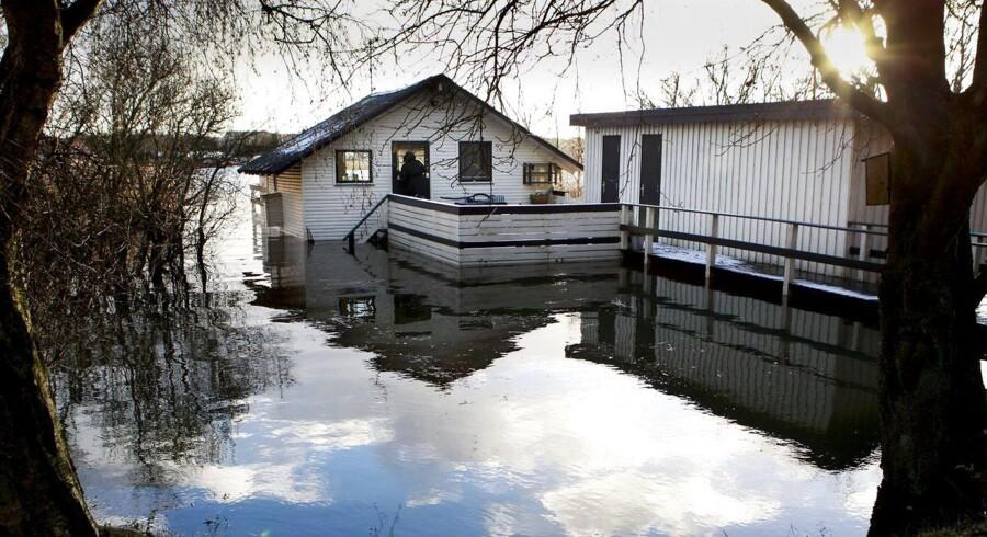 Efter stormen er vandstanden steget i Randers Fjord. Her de små sommerhuse ved Albæk.