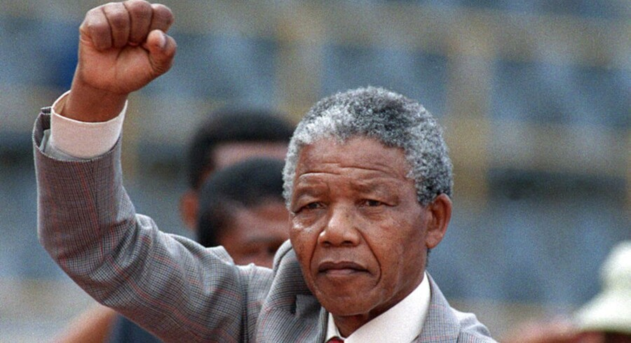 Nelson Mandela løfter en knyttet hånd få dage efter sin løsladelse fra fængslet på Robben Island. Foto: Trevor Sampson/AFP