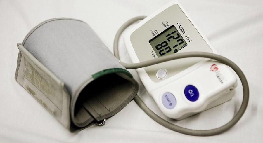 Det har vist sig fordelagtigt at sætte en blodtryksmanchet, som man kender fra udstyr som dette, om armen på en patient med en akut opstået blodprop i hjertet og pumpe så meget luft i den, at den stopper blodtilførslen til armen.