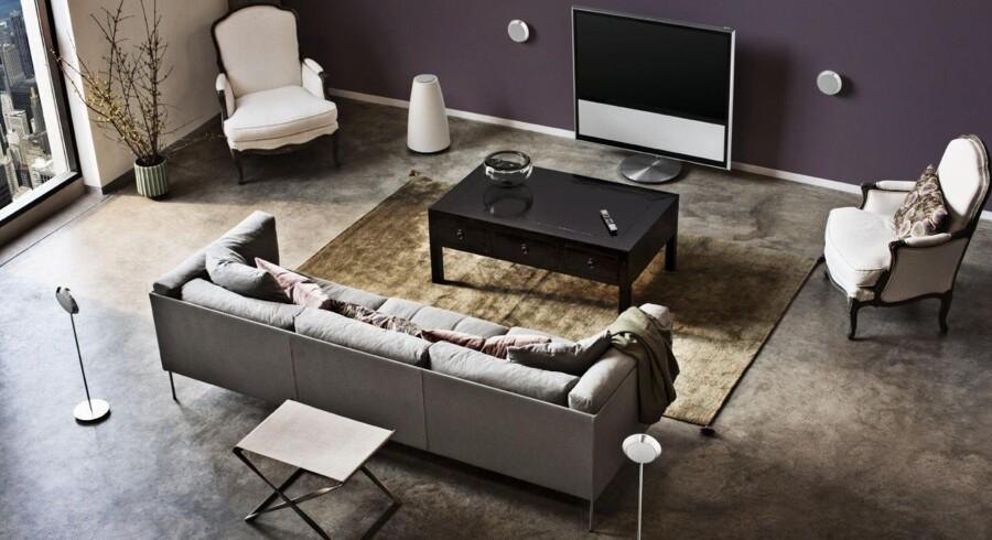 Hvis du skal kigge en ekstra gang for at få øje på surround sound-højttalersystemet på dette billede, så har Bang & Olufsen nået meget af det, de sigtede mod med det nye BeoLab 14. Subwooferen står som en gulvvase til venstre for tv'et, mens der hænger to satellithøjttalere på væggen og står to tilsvarende på hver side af sofaen; lette, runde og små.