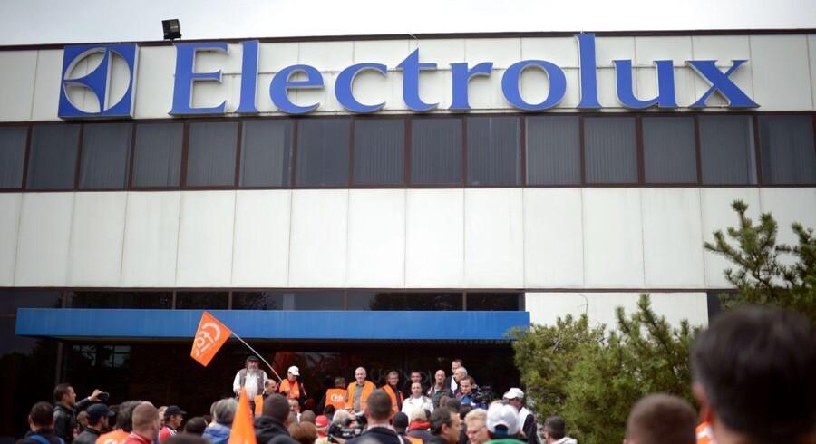 Den svenske hvidevarefabrikant Electrolux er i forhandlinger med kæmpekonglomeratet General Electric om at købe det amerikanske selskabs hvidevaredivision. Det skriver Bloomberg News.