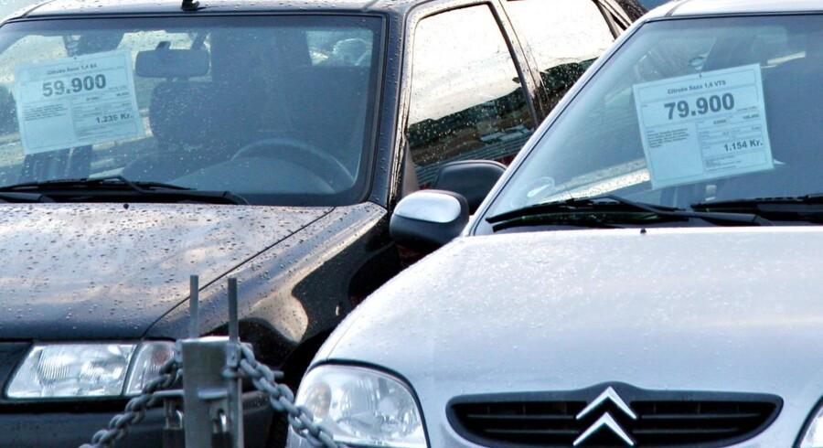 - Selv om bilsalget faldt en anelse, er et salg over 16.000 biler i oktober historisk fortsat på et meget højt niveau. Samtidig fortsætter tendensen med, at danskerne i stigende grad køber lidt større biler, fremhæver administrerende direktør for De Danske Bilimportører, Gunni Mikkelsen, ifølge en meddelelse.