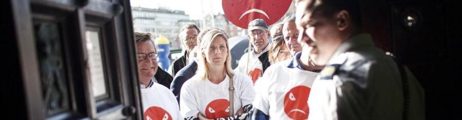 Demonstration foran Københavns rådhus og møde i Kbh Borgerrepræsentation om et kompromis i sagen om balladen om Grøndalsvænge.