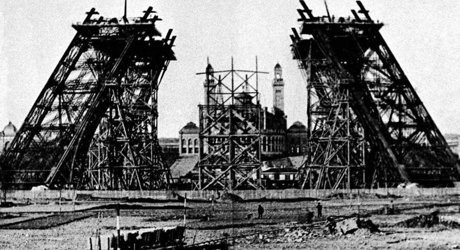 Året er 1987 og man er begyndt at bygge Gustav Eiffels tårn til verdensudstillingen. Selv om bygningen af tårnet var forbundet med stor fare, var sikkerhedsforanstaltningerne så gode, at kun en enkelt arbejder mistede livet under opførelsen.