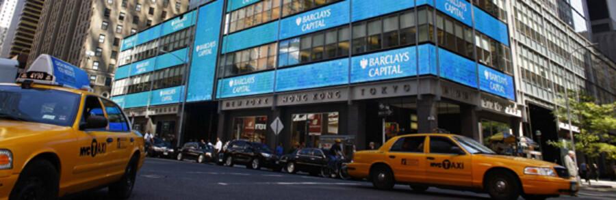 Lehman Brothers kendte bygning på Times Square i New York er nu blevet til Barclays Bank. Danske Banks dattersleskab i Luxembourg har lagt næsten 900 milioner kr. i en fond, hvor de fleste penge nu er tabt. Pengene har været investeret i en en brandfarlig cocktail bestående af Lehman Brothers og Bernard Madoffs pyramidespil.