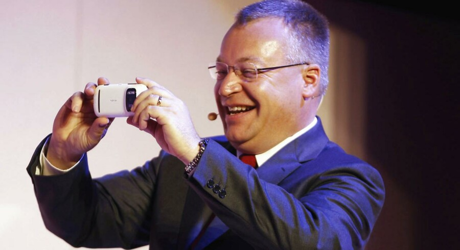 Den sidste Nokia-smartphone udstyret med en Symbian-platform blev produceret i sommer. Det var en Nokia 808 Pureview, som her blev fremvist i februar 2012 af Nokia-topchefen Stephen Elop. Arkivfoto: Gustau Nacarino / Reuters / Scanpix