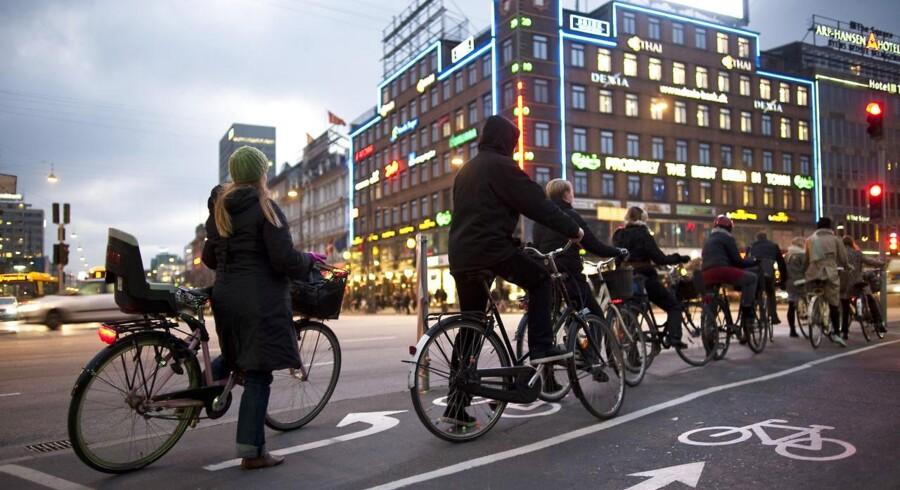 Cyklister holder for rødt lys ved Vesterbrogade og H.C. Andersens Boulevard i København.