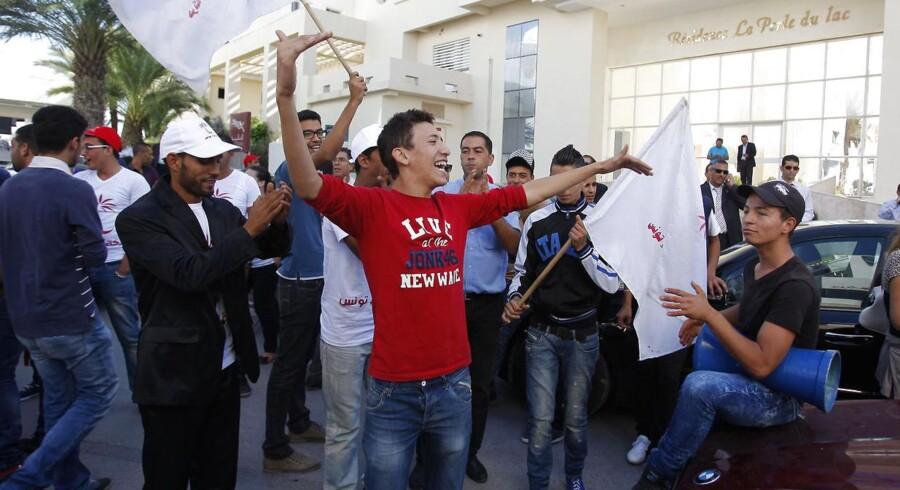 Tilhængere af den vindende sekulære koalition ved søndagens parlamentsvalg i Tunesien fejrede valgresultatet ved Nidaa Tounes hovedkvarter i hovedstaden, Tunis.