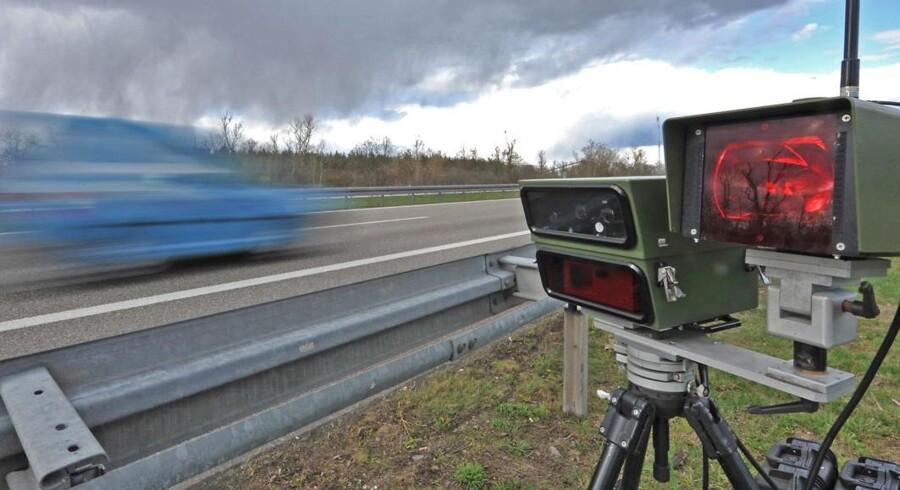 A digitalt fartkameraovervåger trafikken på autobahn A5 nær Müllheim i Tyskland.