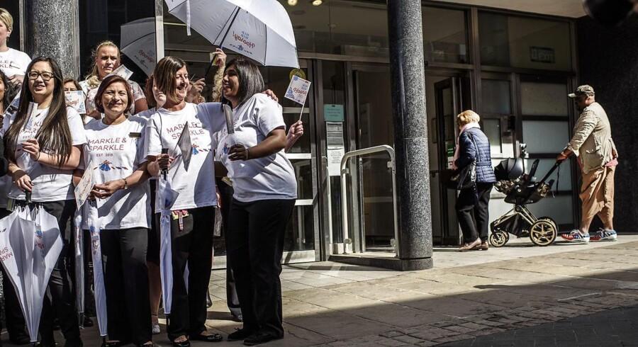 Dagen før dagen i Windsor, hvor butikskæden Marks & Spencer er blevet omdøbt til Markle & Sparkle, og medarbejderne er i højt humør.