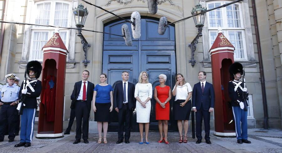 De seks ministre med statsminister Helle Thorning-Schmidt i midten.