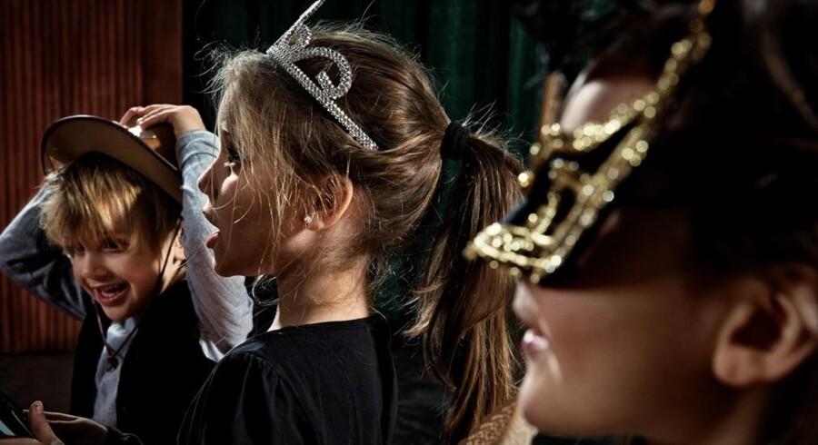 Når pensioneret operasanger Solveig Lumholt synger med børnene i børnehaven, får de også lov til at klæde sig ud – ligesom i en rigtig opera. Foto: Søren Solkær
