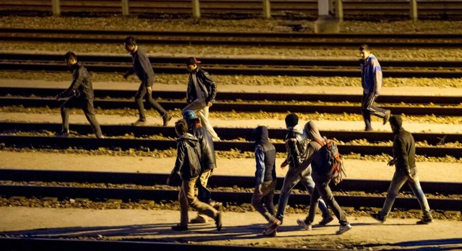 Stormen på den fransk-britiske Eurotunnel er det største målt på antal flygtninge i flere måneder lige nu. Her ses migranter ved jernbaneskinnerne i Calais på den franske side. Omkring 2.000 migranter forsøgte i går at komme til Storbritannien.