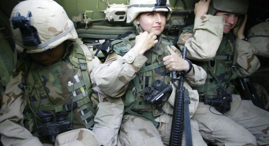 Kvindelige amerikanske soldater i Bagdads al-Jihad-kvarter.