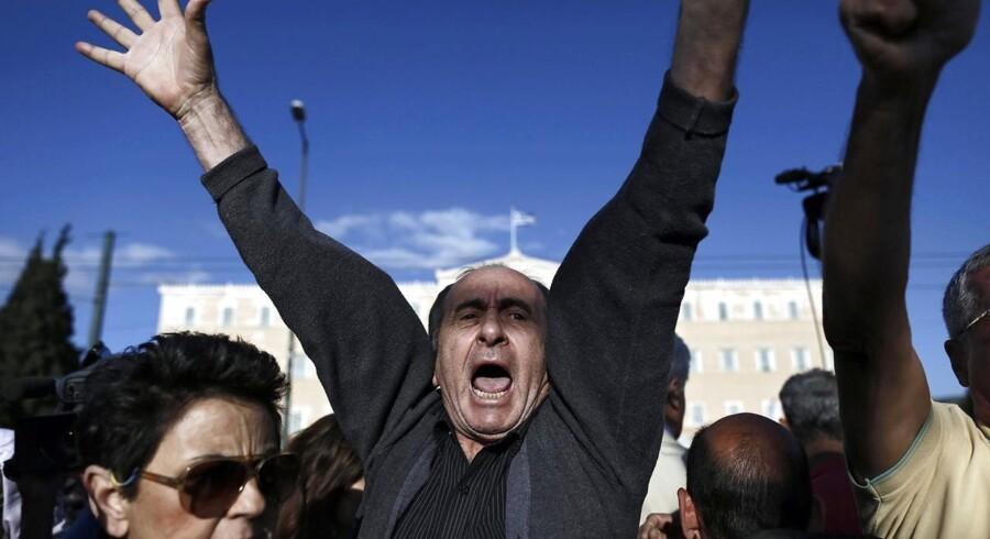Tusinder af tilhængere af, at Grækenland skal blive i euroen, var mandag på plads foran landets parlament, mens de kritiske forhandlinger om det sydeuropæiske lands skæbne fortsatte i Bruxelles.