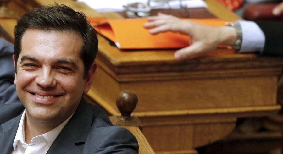 En glad græsk premierminister Alexis Tsipras i parlamentet i Athen efter afstemningen natten til torsdag.