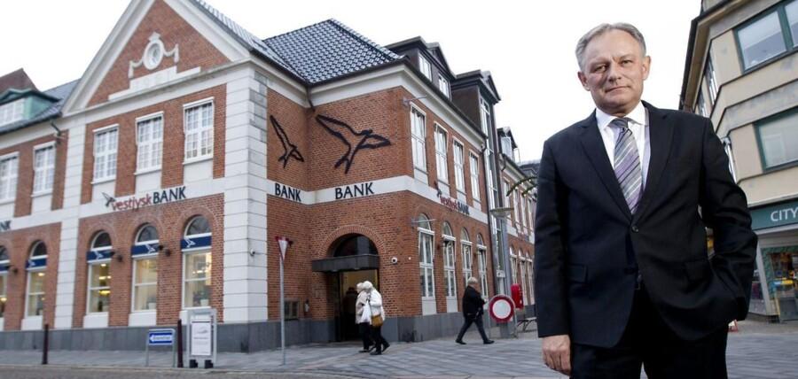 Jan Ulsø Madsen, bankdirektør i Vestjysk Bank, fyrer nu hver tiende medarbejder for at slanke balancen.