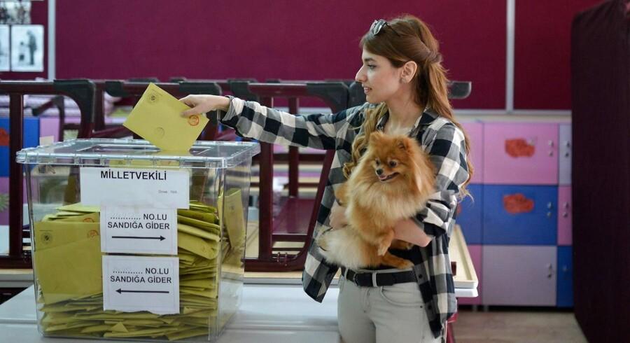 En tyrkisk kvinde stemmer i Istanbul ved søndagens valg.