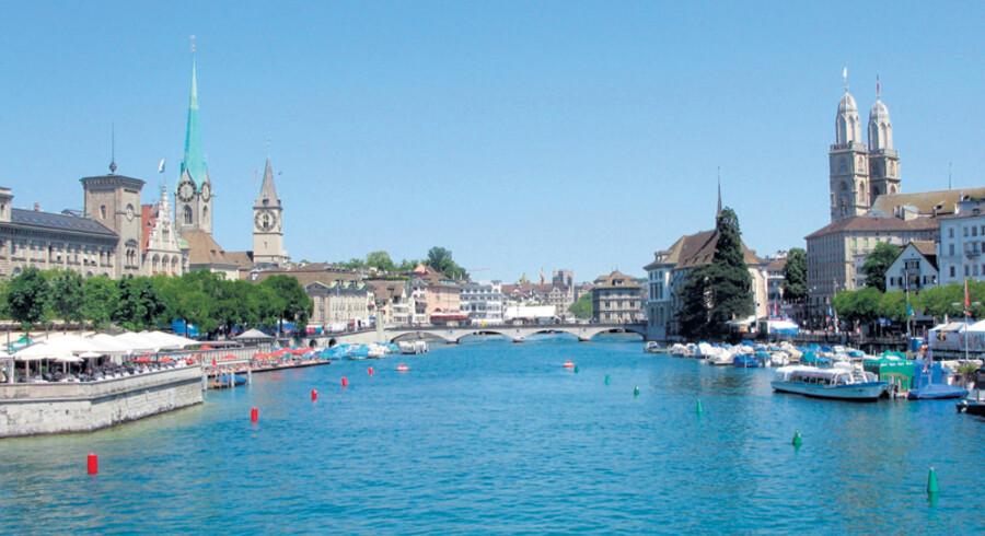 Der ligger masser af såkaldte badeanstalter ved søen ved Zürich. Det koster 7 CHF, godt 40 kr., at komme ind, men så har man også gratis udsigt til bl.a. unge springfyre.